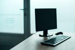 台式计算机计算机在空的办公室 库存图片