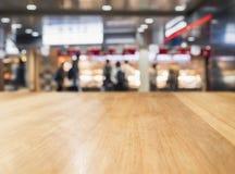 台式迷离零售店人购物的背景 图库摄影