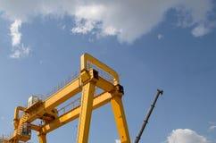 台架货物和建筑的桥式起重机 免版税库存照片