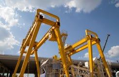 台架货物和建筑的桥式起重机 库存图片
