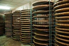 台湾的嘉义市,茶工厂劳工的长的Misato疆土垂悬Oolong茶(茶第一个过程:烘干茶) 库存照片