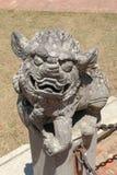 台湾站立在柱子的狮子雕塑 免版税库存照片