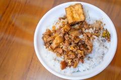 台湾著名食物-被炖的猪肉和油煎的豆腐在米 大豆被炖的猪肉米,台湾纤巧 库存照片