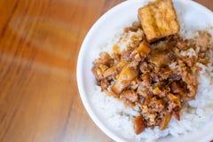 台湾著名食物-被炖的猪肉和油煎的豆腐在米 大豆被炖的猪肉米,台湾纤巧 免版税库存图片