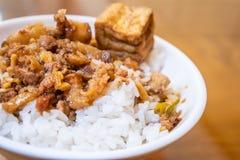 台湾著名食物-被炖的猪肉和油煎的豆腐在米 大豆被炖的猪肉米,台湾纤巧 库存图片