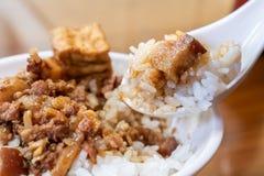 台湾著名食物-被炖的猪肉和油煎的豆腐在米 大豆被炖的猪肉米,台湾纤巧 图库摄影