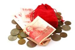 台湾钞票和硬币与红色香囊 免版税库存图片