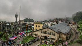 台湾- 2019年5月15日:Fenqihu历史的街市和游人Timelapse有铁路的在有雾的天 股票录像