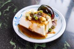 台湾` s特别著名快餐:一千年老在一块白色板材的蛋tofupidan豆腐在石桌,台湾纤巧上 免版税库存图片
