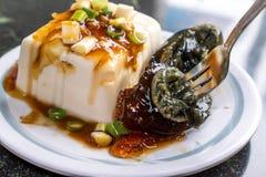 台湾` s特别著名快餐:一千年老在一块白色板材的蛋tofupidan豆腐在石桌,台湾纤巧上 免版税图库摄影