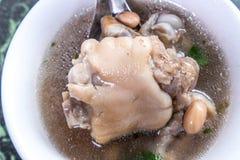 台湾` s特别著名快餐:花生猪肉knucklepig ` s在一个白色碗的小跑步马汤在石桌,台湾纤巧上 免版税库存图片