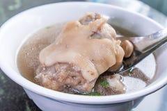 台湾` s特别著名快餐:花生猪肉knucklepig ` s在一个白色碗的小跑步马汤在石桌,台湾纤巧上 库存照片