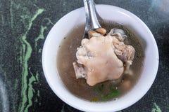 台湾` s特别著名快餐:花生猪肉knucklepig ` s在一个白色碗的小跑步马汤在石桌,台湾纤巧上 库存图片