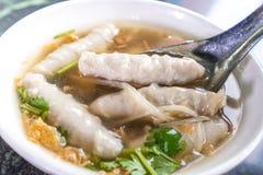 台湾` s特别著名快餐:钓鱼丸子在一个白色碗的potage汤在石桌,台湾纤巧上 库存照片