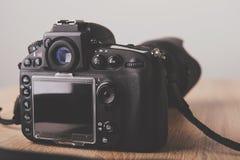2台照相机数字式查出的照片支持白色 免版税图库摄影