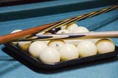 台球、台球台、球和暗示 在盘子的球和 库存图片