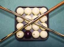 台球、台球台、球和暗示 在盘子的球和 库存照片
