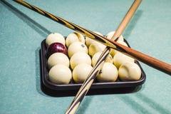 台球、台球台、球和暗示 在盘子的球和 免版税库存图片