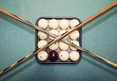 台球、台球台、球和暗示 在盘子的球和 免版税库存照片