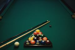 台球使用 撞球和暗示在绿色台球台上 台球体育概念 免版税库存图片