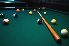 台球使用 撞球和暗示在绿色台球台上 台球体育概念 免版税图库摄影