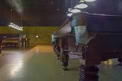 台球俱乐部,没有人 桌、母球和电灯泡 库存图片