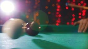 台球俱乐部 演奏台球的人 击中与13数字的暗示球 球撞击 股票录像