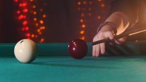 台球俱乐部 演奏台球的人 击中球的暗示 股票视频