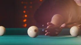 台球俱乐部 演奏台球的人 击中球的暗示 目标 股票视频