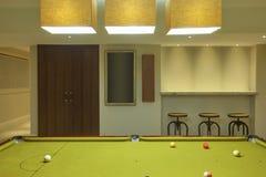 台球台在现代房子里 免版税库存照片