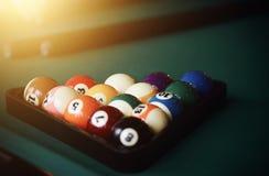台球和两暗示比赛的多彩多姿的球  免版税库存图片