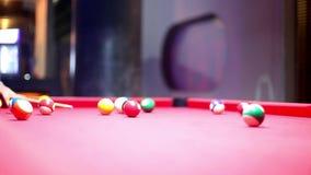 台球在夜酒吧的水池比赛 敲打暗示 影视素材
