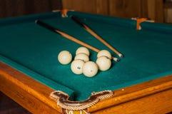 台球暗示和球在一个选材台上 免版税库存照片