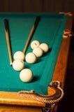 台球暗示和球在一个选材台上 免版税库存图片