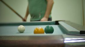 台球水池8 老户内水池台球击中了在镶边慢动作录影的球 影视素材