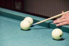 台球,台球台 瞄准在球的暗示淘气鬼的 库存照片