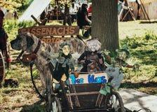 台车用一条大狗拉扯的巫婆木偶填装了在期间 免版税库存照片