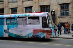 台车电车和通勤者在萨拉热窝街道波斯尼亚Hercegovina上 免版税库存图片