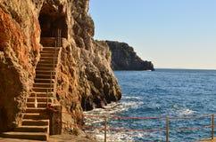 台阶切开了成沿阿马尔菲海岸的海峭壁 库存照片