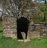 台阶到城堡废墟的地窖里 库存图片