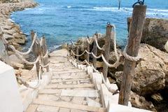 台阶向岩石露出的海沿岸航行马赫迪耶 突尼斯 免版税图库摄影