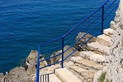 台阶和海 免版税库存照片