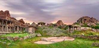 台阶在亨比古老印度市 库存图片