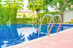 台阶在美好的豪华旅馆水池手段的游泳池 库存图片
