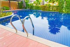 台阶在美好的豪华旅馆水池手段的游泳池 免版税图库摄影