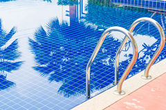 台阶在美好的豪华旅馆水池手段的游泳池 库存照片