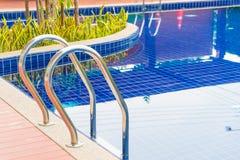 台阶在美好的豪华旅馆水池手段的游泳池 图库摄影