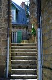 台阶在Mont圣米歇尔,诺曼底,法国北部,欧洲美丽的村庄  免版税库存照片