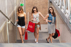 台阶的三美好的妇女步行,他们去购物 免版税库存照片