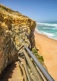 台阶的下降对海滩的向在附近的太平洋 库存图片